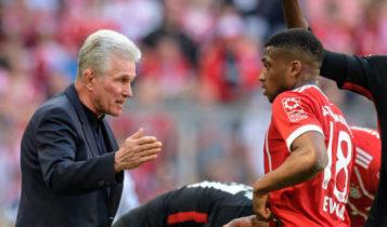 Jupp Heynckes memberikan instruksi kepada Franck Evina.