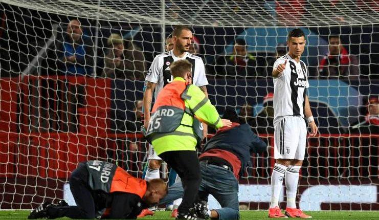 Ronaldo memberikan acungan jempol kepada penerobos lapangan pada babak pertama di Old Trafford.
