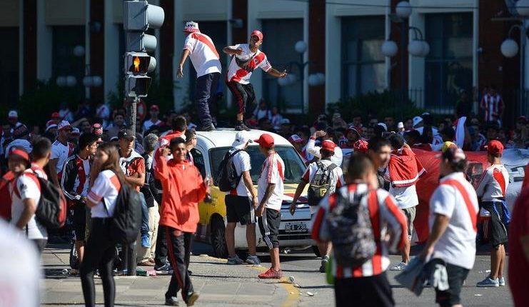 Aksi tak terpuji suporter River Plate jelang final Copa Libertadores melawan Boca Juniors.