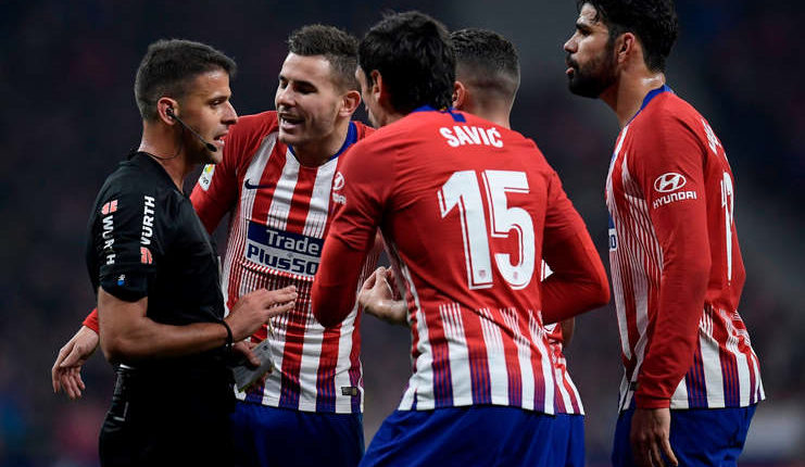 Wasit menghadapi protes para pemain Atletico Madrid (Squawka)