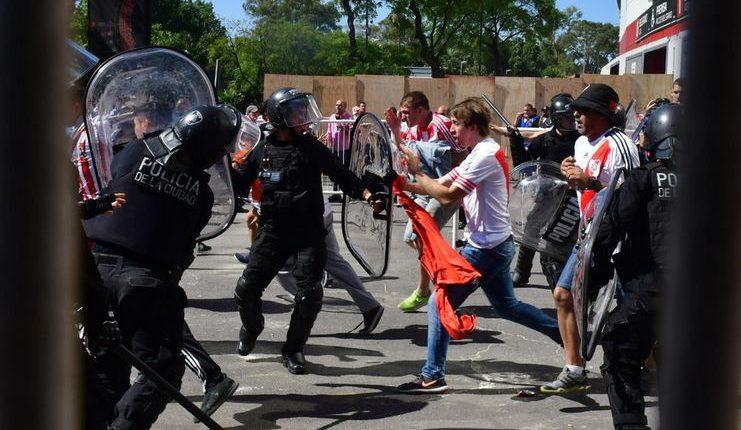 Konfrontasi polisi dan fans River Plate yang menyerang bus Boca Juniors.