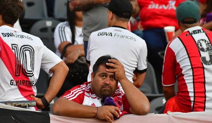 Suporter River Plate di dalam stadion hanya bisa lesu gara-gara laga leg II final Copa Libertadores ditunda.