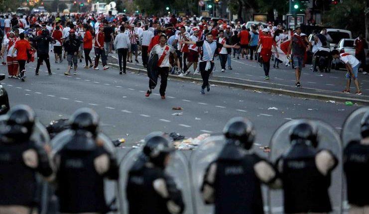 Suporter River Plate tak takut menghadapi barisan polisi.