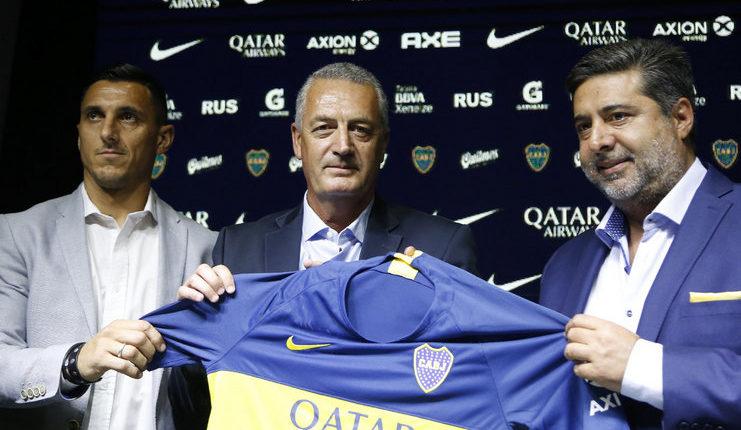 Gustavo Alfaro yang baru diangkat sebagai pelatih Boca Juniors mengundang Maradona ke sesi latihan.