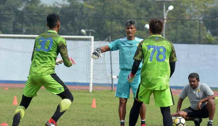 Aqil Savik coba membuat terkesan Gatot Prasetyo yang jadi pelatih kiper baru Persib.
