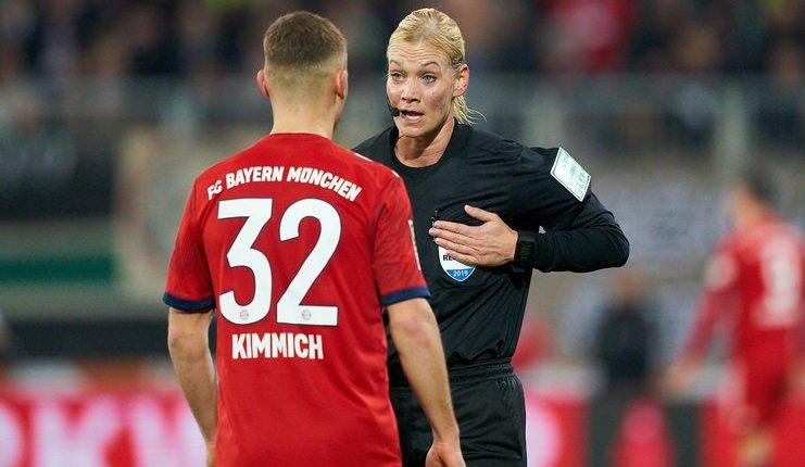 Bibiana Steinhaus saat memimpin pertandingan Augsburg vs Bayern pada pekan ke-22.