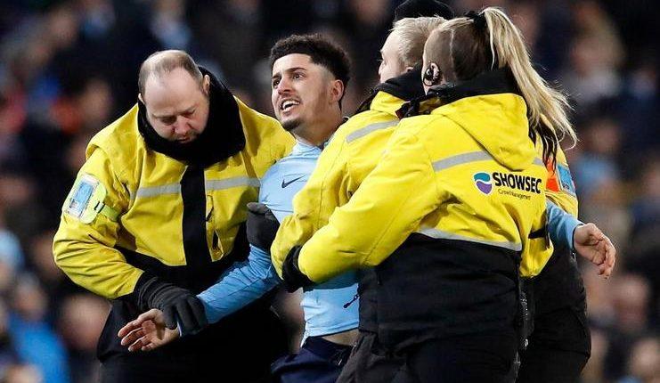 Penerobos lapangan dalam laga Manchester City vs Arsenal ini dinilai Raheem Sterling mirip Jadon Sancho.