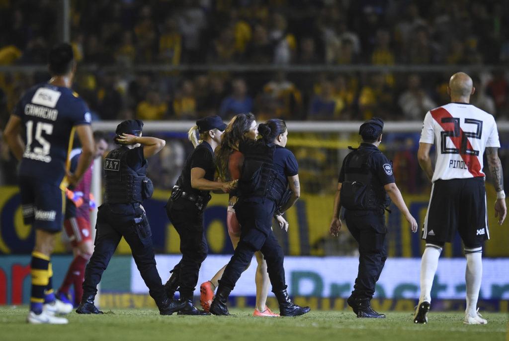 Pertandingan Liga Argentina Diganggu Penyusup Wanita Tanpa Busana