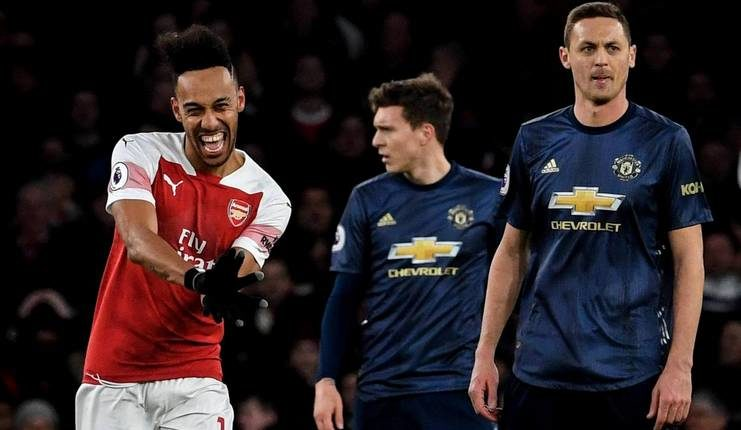 Pierre-Emerick Aubameyang tak menemukan topengnya saat selebrasi gol Arsenal ke gawang Manchester United.