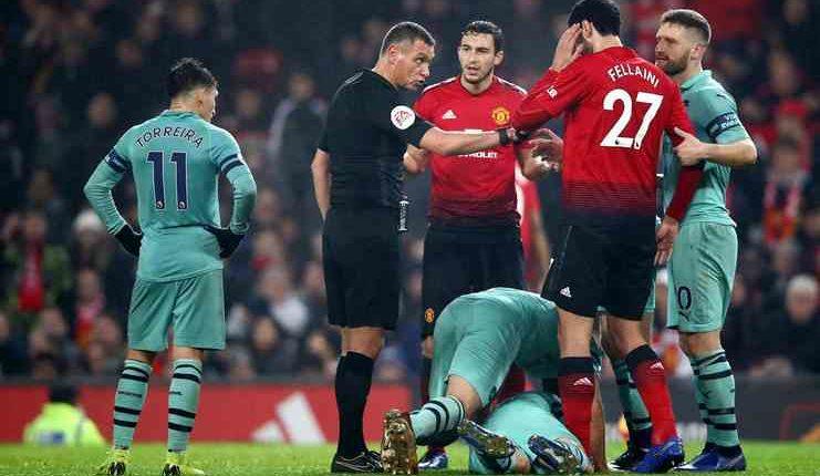 Andre Marriner saat memimpin laga Manchester United vs Arsenal pada paruh pertama musim ini.