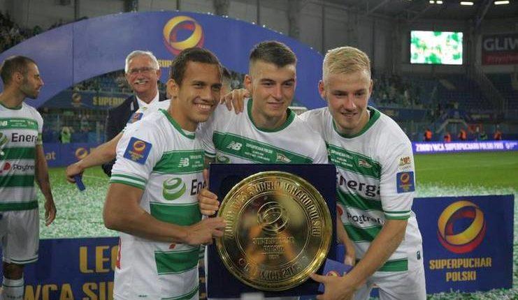 Egy Maulana Vikri berpose dengan trofi Piala Super Polandia 2019.
