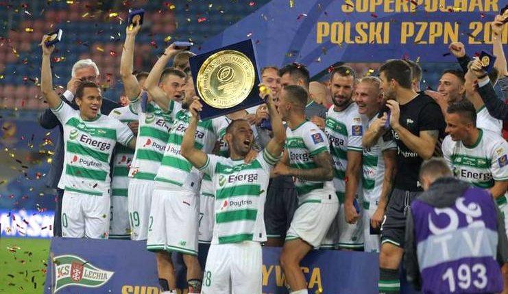 Egy Maulana Vikri bersorak setelah kapten Lechia Gdansk menerima trofi Piala Super Polandia 2019.