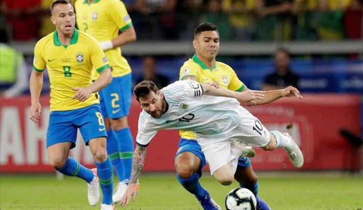 Lionel Messi tak berdaya dikawal secara kolektif oleh para pemain timnas Brasil pada semifinal Copa America 2019.