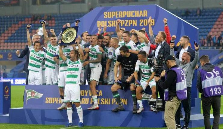 Suka cita para pemain Lechia Gdansk sebagai juara Piala Super Polandia 2019.