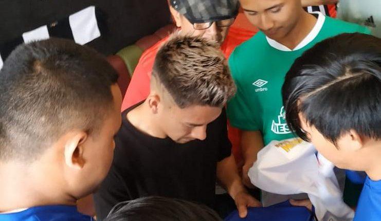 "Kim Kurniawan dengan penggemar Bundesliga 1 di Indonesia. ""Class ="" wp-image-238984"