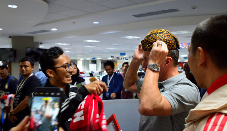 Lothar Matthaeus memakai blankon dari fan Bayern Indonesia.