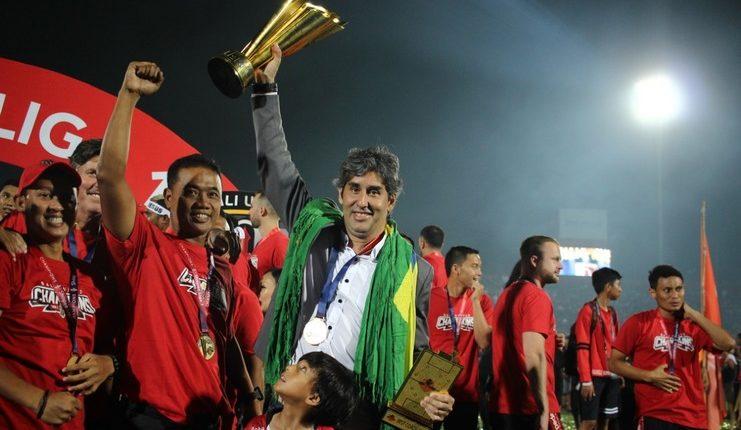 Stefano Cugurra Teco menorehkan rekor sebagai pelatih pertama yang menjuarai Liga Indonesia beruntun bersama klub berbeda.